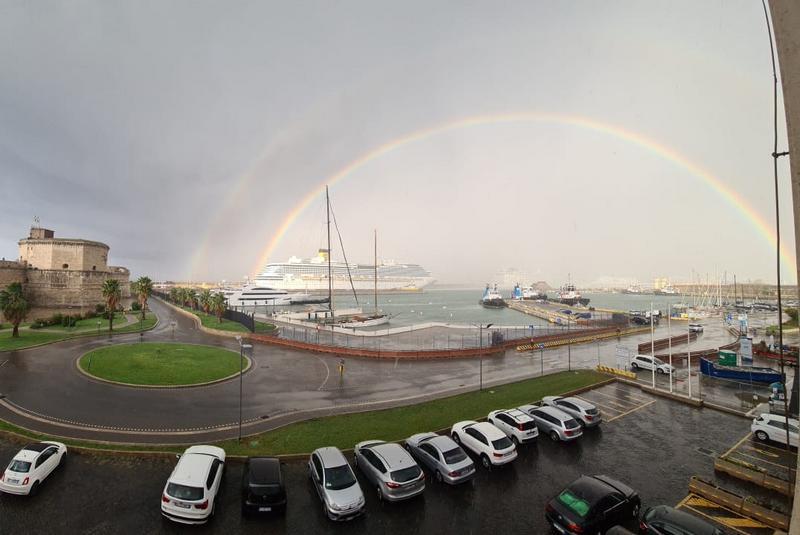 Al porto spunta un doppio arcobaleno