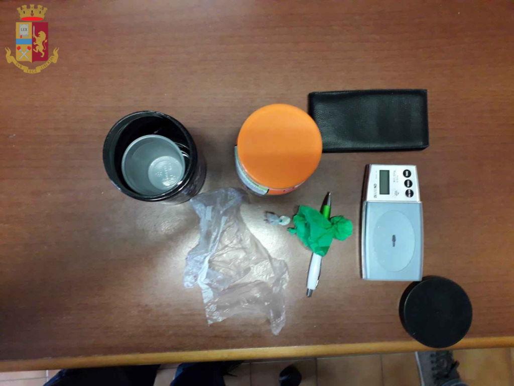 Droga, pusher denunciato dalla Polizia