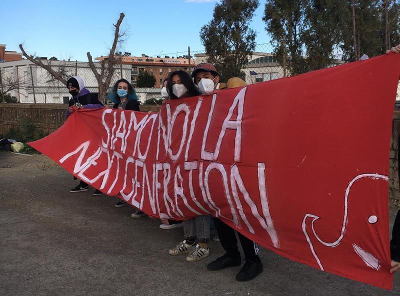 Studenti in protesta davanti al Guglielmotti:
