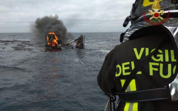 Catamarano in fiamme al largo di Civitavecchia