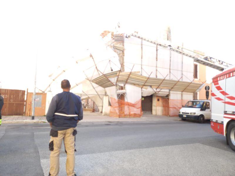 Crollano impalcature di uno stabile, paura in via Bramante